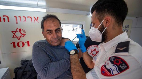 Un palestino es vacunado contra la COVID-19