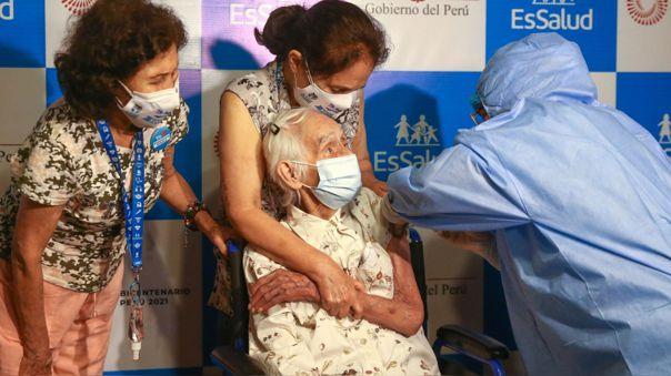 Primera adulta mayor vacunada en el Perú.