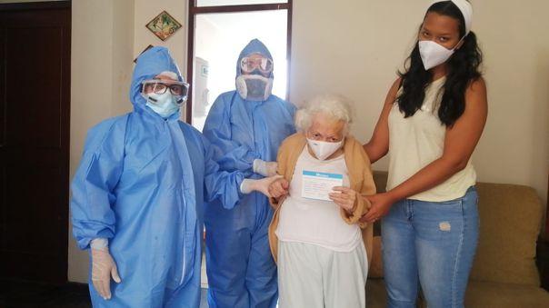 La adulta mayor recibió este lunes la vacuna contra la COVID-19 del laboratorio Pfizer/BioNTech.
