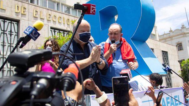 El último viernes, Hernando de Soto acompañó a Rafael López Aliaga en su protesta frente al Jurado nacional de Elecciones.