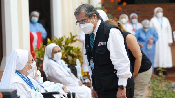 Ministro de Salud supervisó la vacunación contra la COVID-19 a adultos mayores de 85 años.