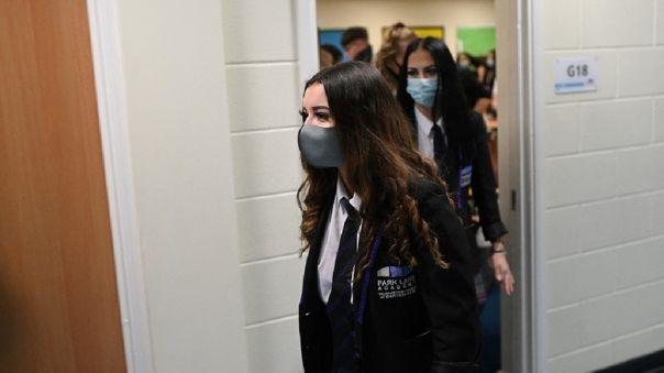 Los alumnos de enseñanza secundaria deberán usar mascarilla en todo momento y deberán hacerse pruebas rápidas de COVID-19.