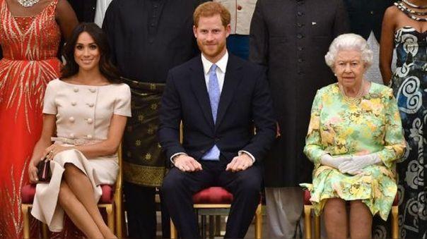 """Dos días después de la emisión de la entrevista del príncipe Harry y Meghan Markle a Oprah Winfrey, Isabel II emitió su primer comentario afirmando sentirse """"entristecida"""" al enterarse de los """"desafíos"""" que vivió la pareja."""