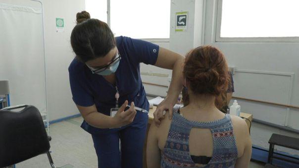 El objetivo es inmunizar a toda la población de riesgo (sanitarios, profesores, adultos mayores de 65) en marzo y al resto de la población objetivo (15 millones) hasta junio.