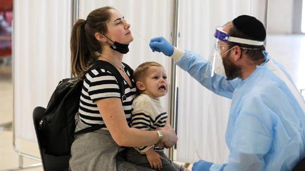 Quienes vuelvan del extranjero deberán realizarse una prueba de coronavirus en el aeropuerto.
