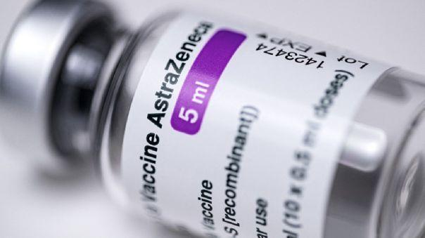 Expertos en seguridad de vacunas siguen evaluando riesgos de la vacuna AstraZeneca.