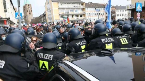 Según la policía, los manifestantes ignoraron los llamados a respetar las medidas de distanciamiento y a usar mascarilla.
