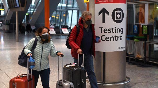 Reino Unido impondrá multa a quien salga del país de vacaciones