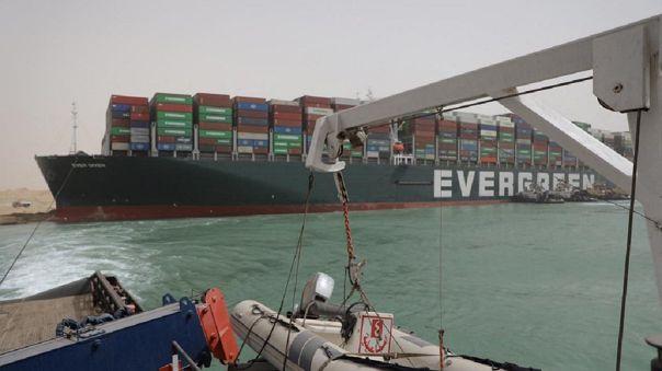 La empresa calculó que son ya 276 los barcos que se acumulan en los accesos norte y sur del canal de Suez.