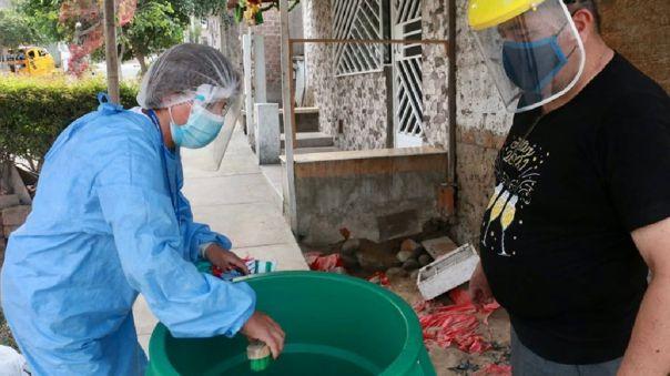 Especialista sugirió escobillar, lavar y tapar bien todos los recipientes donde se guarda agua.
