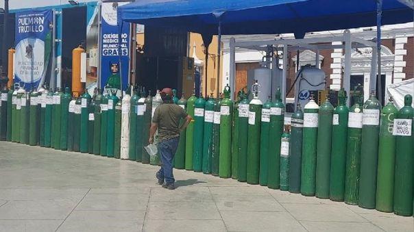 En Trujillo, a diario se observa esta larga fila de balones de oxígeno en la Plaza de Armas de Trujillo donde hay dos plantas de recarga.