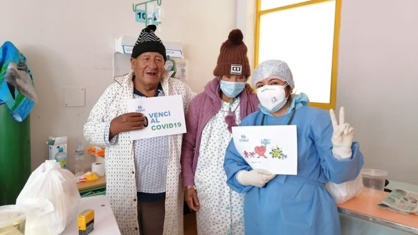 Puno: Pareja de ancianos vence a la COVID-19 y le canta al personal de salud como agradecimiento