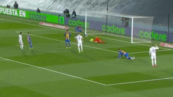 Esta fue la jugada de peligro en el área del Barcelona ante Real Madrid.