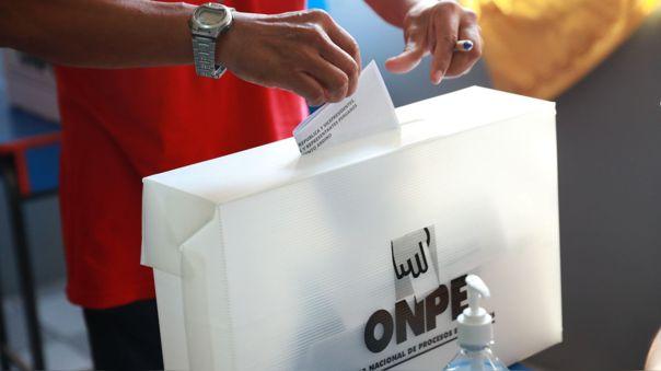 Peruanos pudieron votar hasta las 7 de la noche.