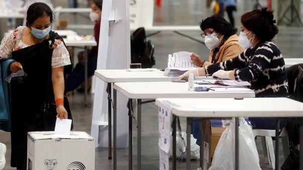 Una mujer ecuatoriana ejerce su voto durante la segunda vuelta de las elecciones presidenciales de su país.