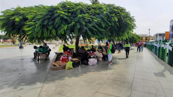 Familiares esperan recarga de oxígeno en plaza de armas de Trujillo.