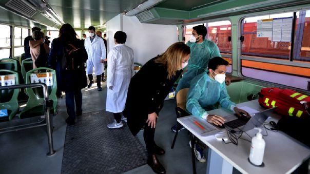 Italia recibió este martes el primer lote de la vacuna monodosis de Janssen, con el que espera acelerar una campaña de vacunación.