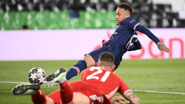 Neymar por poco anota en el PSG vs. Bayern Munich en París.