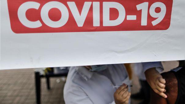 Una persona recibe la vacuna contra la COVID-19, en Brasil.