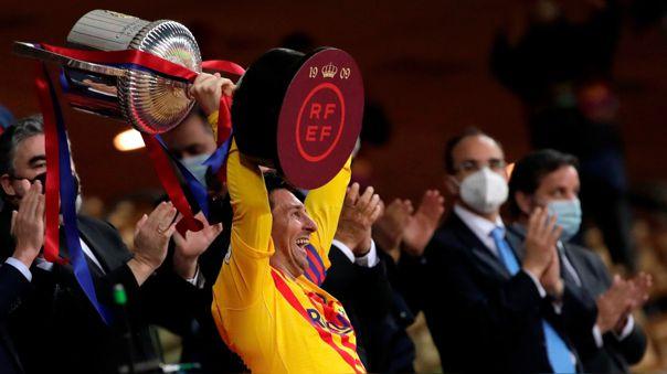 Lionel Messi levantando la Copa del Rey 2021