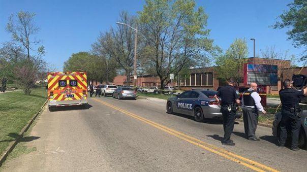 Varios agentes en la escena de un tiroteo en Tennessee.