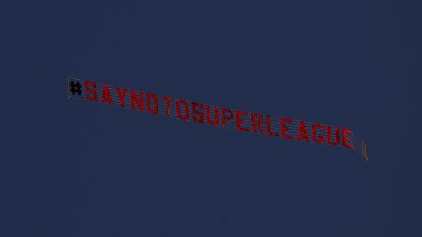 El cartel sobrevoló a la hora del partido entre Liverpool vs Leeds United
