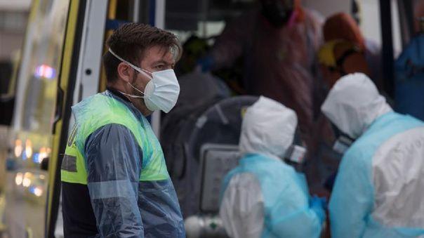 Personal sanitario del Servicio de Atención Médico de Urgencias (SAMU) traslada a pacientes críticos con la COVID-19