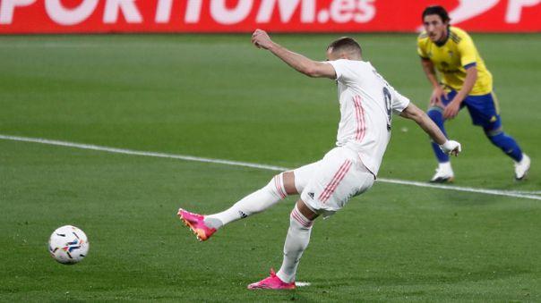Karim Benzema anota el 1-0 del Real Madrid frente al Cádiz.
