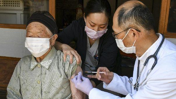 El gobierno japonés espera de momento terminar su programa de vacunación en febrero de 2022.