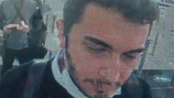 Faruk Fatih Ozer en un control de pasaporte.