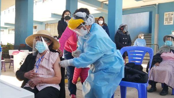 En Puno se cumple la inmunización con las 55 mil dosis que llegaron en los últimos días.