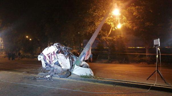 El vehículo particular quedó destrozado tras el accidente.