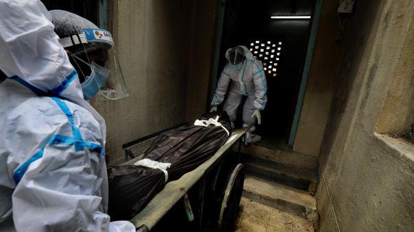 El Ministerio de Salud indio informó hoy de que se han registrado 414 188 nuevos casos de la COVID-19 en las últimas 24 horas.