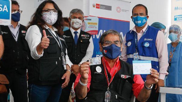 El ministro de Salud estuvo acompañado por la presidenta del Consejo de Ministros, Violeta Bermúdez. durante su vacunación en el Polideportivo de San Borja.