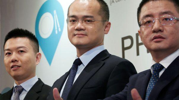 Wang Xing, al medio, lidera Meituan, una tecnológica que facilita el reparto de comida.