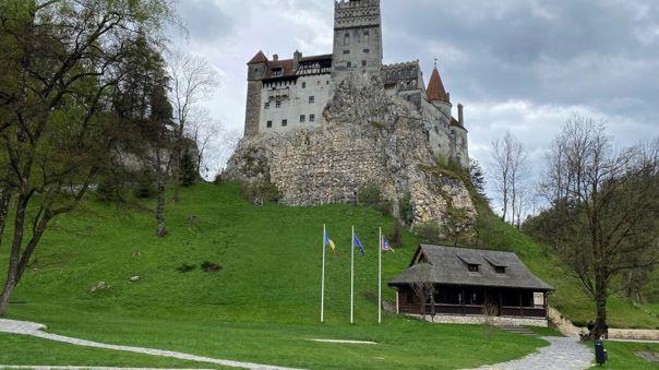 Cada fin de semana, hasta el próximo 6 de junio, los rumanos y extranjeros de países de la Unión Europea (UE) se acercan hasta el castillo de Bran para recibir sus dosis.