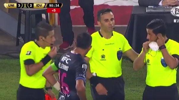 El árbitro Piero Maza no terminó el Universitario vs. Independiente del Valle.