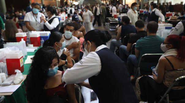México inició este martes la vacunación contra la covid-19 de maestros y personal educativo