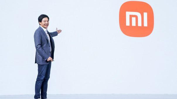 Lei Jun señala el logo de Xiaomi que pasó por un ligero rediseño este 2021.
