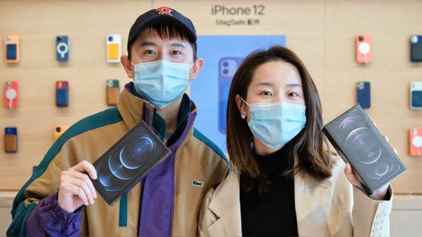 Apple vende menos celulares que Samsung, pero sus precios más altos hacen que se imponga en los ingresos totales.