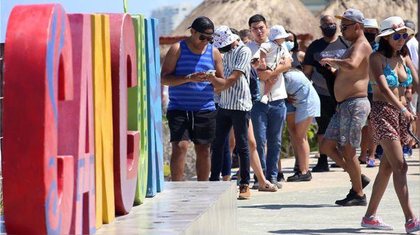 Aglomeración de turismo en el balneario de Cancún en Quintana Roo, México.