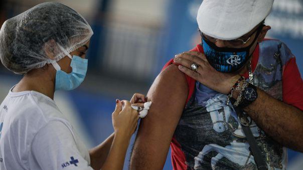 Un hombre recibe la dosis de la vacuna de Astrazeneca contra la covid-19 en Río de Janeiro (Brasil).