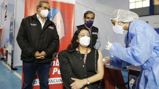 Violeta Bermúdez recibió la primera dosis de la vacuna contra la COVID-19 este sábado.