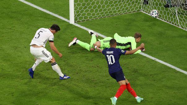 Mats Hummels tuvo un grosero error en partido entre Francia ante Alemania.
