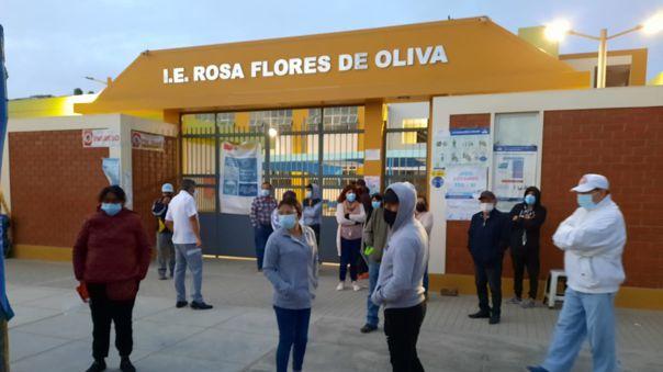 Desde temprano familiares de adultos mayores llegaron hasta el colegio Rosa Flores de Oliva, pero se dieron con la sorpresa que no habían vacunas.