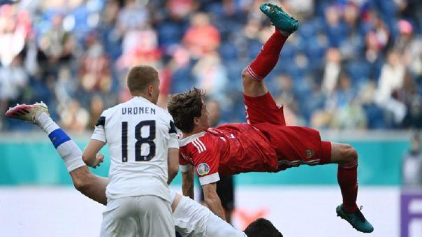 Eurocopa: Mario Fernandes sufrió aparatosa caída en el Rusia vs. Finlandia