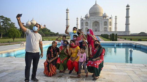 El Taj Mahal reabre sus puertas tras permanecer cerrada por dos meses.