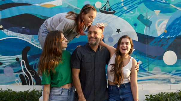 Gustavo Rodríguez y sus tres hijas
