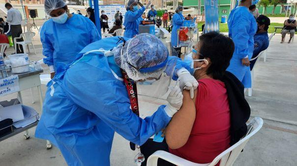 Peruanos presentan documentación falsa para vacunarse antes de su turno