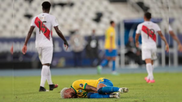 Neymar recibió fuerte falta de Christian Ramos en el Perú vs. Brasil